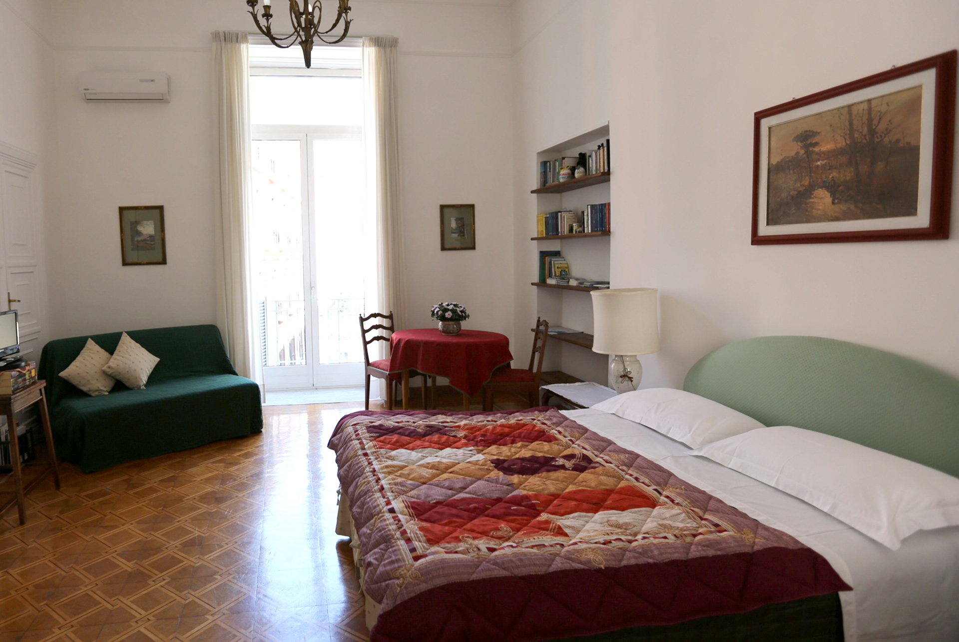http://asantabrigida.com/it/wp-content/uploads/2014/04/Foto-camera-bed-breakfast-napoli-centro1.jpg